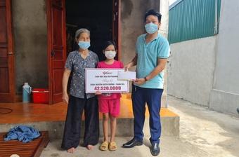 Bạn đọc hỗ trợ 42 triệu đồng cho bé Nguyễn Huyền Thương mồ côi cha mẹ