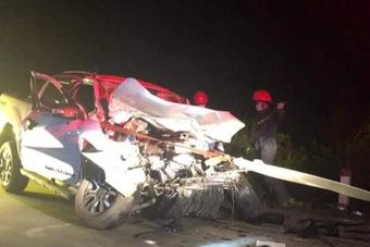 Xe bán tải bẹp rúm sau tai nạn, một người chết, 3 người bị thương