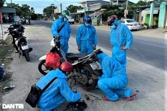 """""""Biệt đội áo xanh"""" cấp cứu xe máy giúp người dân đi từ TPHCM về quê"""