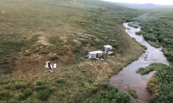 Người đàn ông được cứu sống nhờ tín hiệu SOS trên nóc lán ở Alaska
