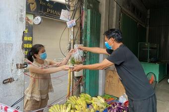 Tiệm nail, quán cơm đóng cửa, chuyển sang bán rau củ, trái cây