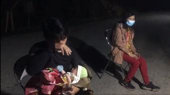 Vợ chồng ôm con 10 ngày tuổi chạy xe máy từ Bình Dương đã về đến quê nhà