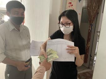 Đà Nẵng trao tiền hỗ trợ đến tận người dân trong khu phong tỏa