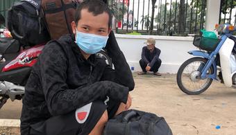 """Đi nhờ xe chở rau vào Sài Gòn để đưa vợ đi sinh, nam thanh niên mắc kẹt ở Bình Dương vì không thể """"thông chốt"""""""