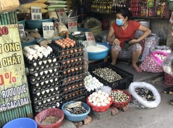 """Hơn một tuần giãn cách: Giá trứng """"nhảy múa"""", chênh cả 15.000 đồng/chục"""