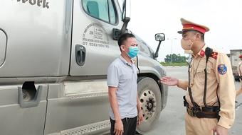 Cảnh sát giao thông trắng đêm ở cửa ngõ giữ an toàn phòng dịch cho Thủ đô