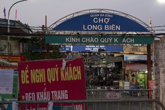 Hàng trăm tấn hoa quả kẹt tại chợ Long Biên