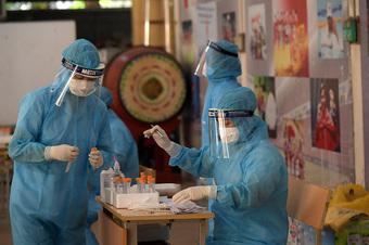 Lấy mẫu xét nghiệm cho người dân quanh Bệnh viện Phổi Hà Nội
