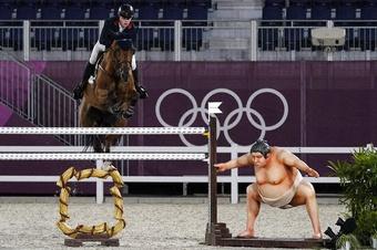 Ngựa thi đấu Olympic giật mình vì hình nộm sumo