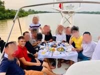 Lộ ảnh Công Vinh diện áo đỏ mở tiệc trên du thuyền, giữa tiết lộ đánh bạc thua 200-300 nghìn đô mỗi đêm của bà Phương Hằng