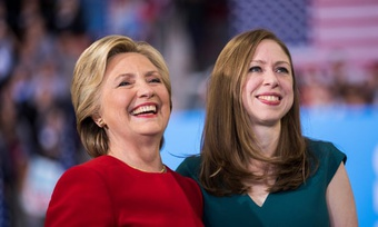 Cựu Ngoại trưởng Mỹ Hillary Clinton và con gái sản xuất phim
