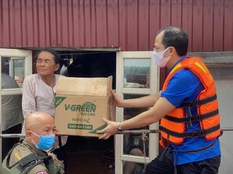 Cứu trợ người dân nghèo làng chài ven sông Hồng