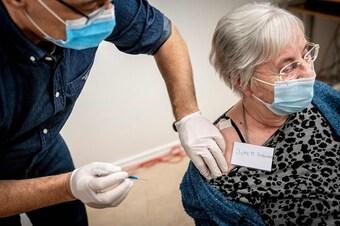 Vaccine ngừa COVID-19 - bài học từ các quốc gia đang mở cửa trở lại