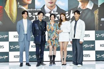 """Yeonwoo (MOMOLAND) lộ diện lần đầu sau tin hẹn hò Lee Min Ho, chân dài nuột nà """"chặt"""" đẹp cả mỹ nhân Điên Thì Có Sao"""