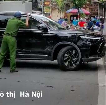 Tài xế Beijing X7 gây náo loạn tại Hà Nội: Xe chưa biển đã vỡ nát sau khi va chạm nhiều xe khác đỗ bên đường
