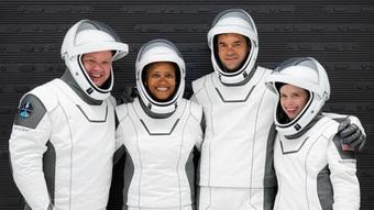 SpaceX đưa phi hành gia không chuyên lên vũ trụ