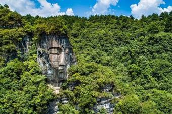 Tượng Phật đá khổng lồ hòa mình với thiên nhiên khiến khách tham quan thán phục - Kết cục lại bị ''quay lưng''!
