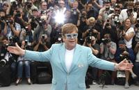 Danh ca Elton John hoãn chuyến lưu diễn châu Âu và Mỹ