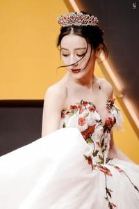 Địch Lệ Nhiệt Ba diện váy dạ hội đẹp như nữ thần
