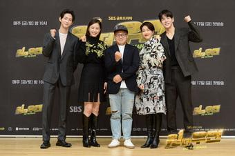 """""""Hoa hậu đẹp nhất Hàn Quốc"""" Honey Lee """"mất spotlight"""" trong họp báo phim mới chỉ vì câu nói của đạo diễn liên quan đến Penthouse"""