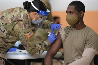 Binh sĩ Mỹ đối mặt điều gì khi từ chối tiêm vaccine COVID-19