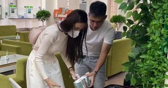 Thủy Tiên và Công Vinh bị tung ảnh đến ngân hàng từ sớm để ''diễn tập livestream sao kê tài khoản''
