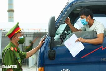 Lái xe luồng xanh dương tính đi tiêm vắc xin, Hà Nội xét nghiệm 615 người