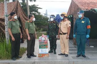 Thăm, động viên và tặng quà các chốt kiểm soát phòng, chống dịch Covid-19 trên địa bàn TP Thủ Đức