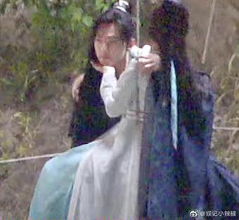 """Dương Dương khổ sở bồng bế Triệu Lộ Tư ở Thả Thí Thiên Hạ, nhìn cách để tay """"tinh tế"""" đã thấy khó yêu nhau rồi!"""