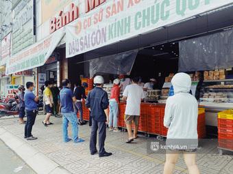 Bánh Trung thu Như Lan có 50 tuổi vẫn ''hot nhất'' Sài Gòn: Shipper đợi 2 tiếng chưa tới lượt, khách ''sộp'' mua hẳn 11 triệu tiền bánh!