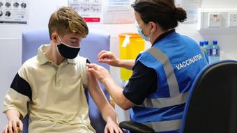 Anh thử nghiệm tiêm trộn vắc xin COVID-19 ở trẻ em