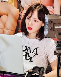 """Được hỏi câu giống Wendy """"có người cho 5 tỷ won để từ bỏ việc thích chị"""", """"phú bà"""" Lisa có màn hồi đáp đi thẳng vào lòng người"""