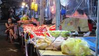 Chợ dân sinh đìu hiu sau ngày mở bán trở lại, tiểu thương ''''ế hàng'''' ngồi xem phim