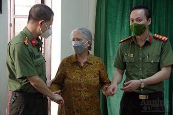 [Ảnh] Hà Nội: Xúc động hình ảnh Công an tặng quà giúp các em nhỏ mồ côi vượt qua đại dịch