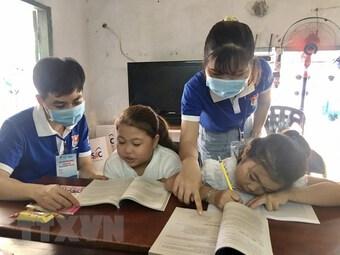"""TP.HCM: """"Gia sư áo xanh"""" hỗ trợ học sinh bị ảnh hưởng bởi COVID-19"""