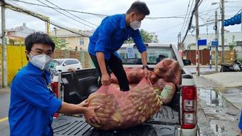 Báo Thanh Niên trao tặng 500 túi an sinh cho người nghèo vùng tâm dịch Đồng Nai