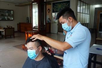 Tình nguyện viên trở thành thợ tóc bất đắc dĩ, cắt đẹp miễn chê