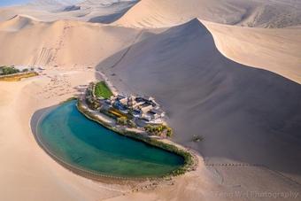 Hồ nước nằm giữa cồn cát cao hàng trăm mét nhưng chưa từng bị cát bao phủ