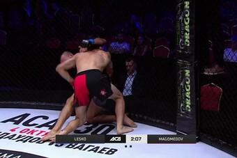 Võ sĩ UFC tung cú lên gối tàn khốc hạ knock-out đối thủ