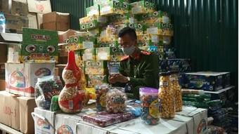 Điều tra làm rõ số lượng lớn bánh kẹo, thực phẩm không rõ nguồn gốc