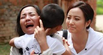 Con trai 5 tuổi bị bắt cóc nhưng người mẹ vờ không thấy, hành động sau đó giải cứu đứa trẻ ngoạn mục
