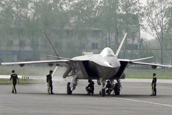 """Điểm yếu khiến tiêm kích J-20 của Trung Quốc """"hụt hơi"""" trước F-35 và F-22"""