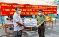 An Giang: Tặng thuốc, gạo hỗ trợ huyện Phú Tân chống COVID-19