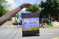 Bạn trẻ tặng túi an sinh trong ngày TP.Đông Hà (Quảng Trị) giãn cách