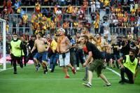 Xích mích trên khán đài, cổ động viên lại tràn xuống sân ở Ligue 1