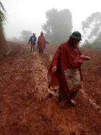 Thầy cô lội bùn lầy, vượt hàng chục km vào bản gọi học sinh đến lớp