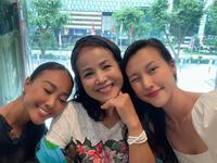 Hoàng Oanh được NSƯT Minh Trang tặng quà sinh nhật muộn, mặt mộc của nàng á hậu gây bất ngờ