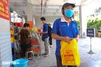 """Cả trăm người """"đội nắng"""" xếp hàng mua bánh Trung thu ở Hà Nội"""