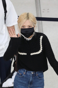 """Rosé (BLACKPINK) gây náo loạn sân bay Mỹ về Hàn Quốc: Visual """"xinh xỉu"""", eo thon chân siêu dài biến sân bay thành sàn catwalk"""