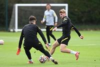 Chiến binh trở lại, trò cưng Lampard phô diễn kỹ thuật trên sân tập Chelsea